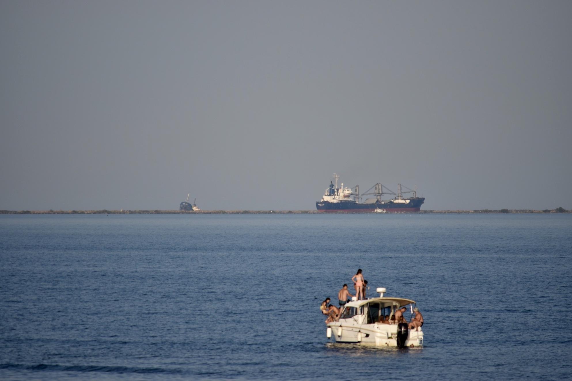 Mare - Barca cu oameni la Apus